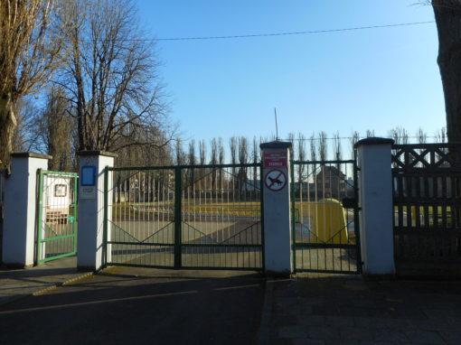 Místo ke stanování na stadionu Státní odborné vysoké školy v Ratiboři